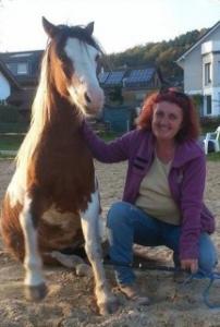 nicola steiner und sitzendes pferd